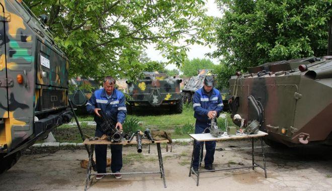 Foto: Maşinile de luptă, luate la verificat