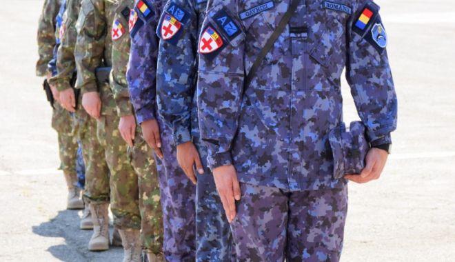 Foto: Medici militari sub drapel