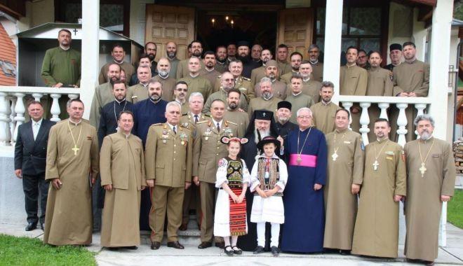 Foto: Preoţi şi militari, în slujba poporului român