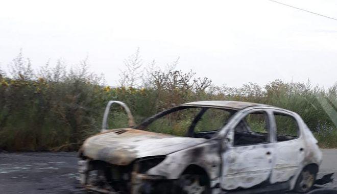 Foto: O maşină a ars pe drumul spre Năvodari! Se circulă cu dificultate în zonă
