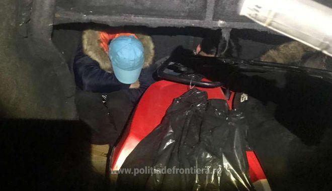 Foto: Patru cetățeni străini intenţionau să iasă ilegal din România, ascunși în interiorul unei autoutilitare