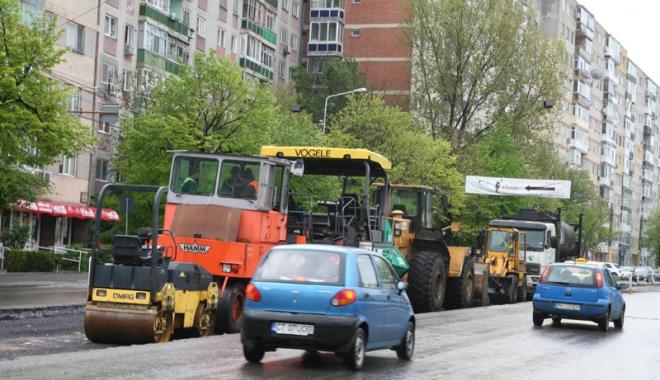 Foto: Circulaţie oprită pe strada Soveja. Trasee deviate şi pentru autobuze
