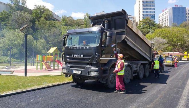 Continuă lucrările de amenajare pe strada Lebedei - asfaltare1-1590507052.jpg