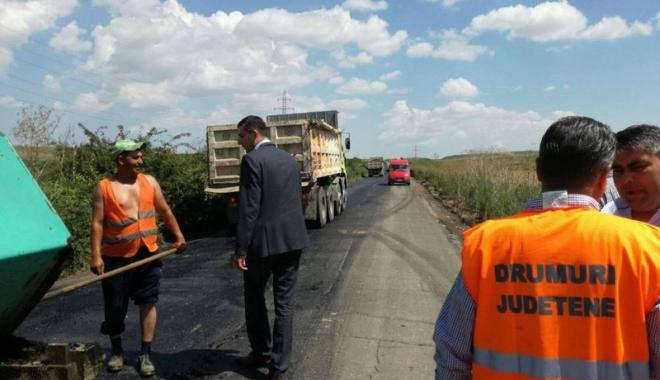 Foto: Lucrări de asfaltare în judeţ. Drumul spre Cetatea Histria, refăcut