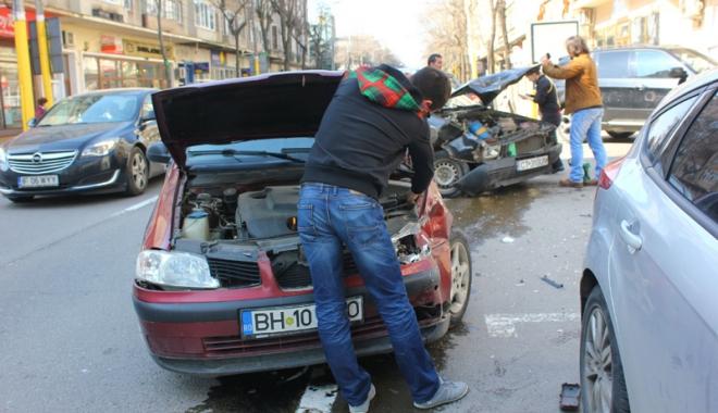 Foto: SCHIMBĂRI IMPORTANTE ÎN NOUA LEGE RCA! TREBUIE SĂ PREDAŢI PLĂCUŢELE DE ÎNMATRICULARE!