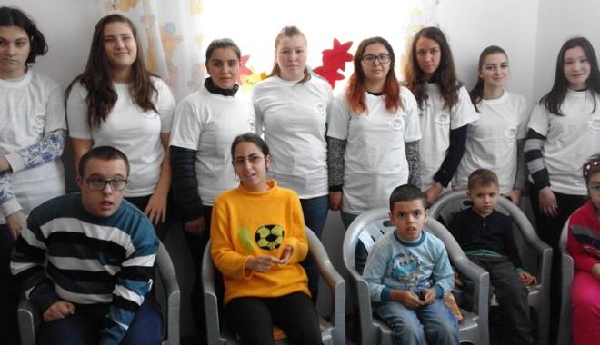 """Foto: Asociaţia """"Zâmbet şi culoare"""", beneficiara donaţiilor elevilor"""