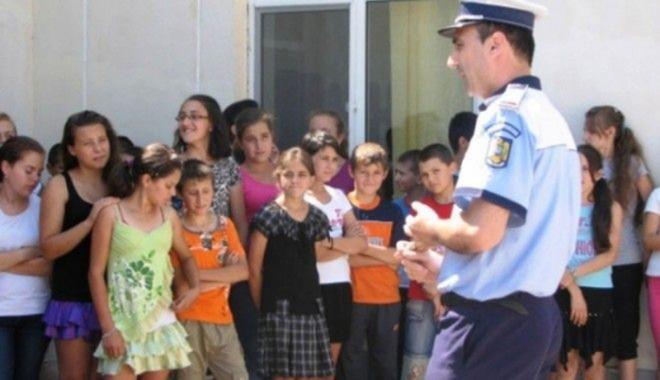 Foto: Astăzi, poliţiştii păzesc şcolile!