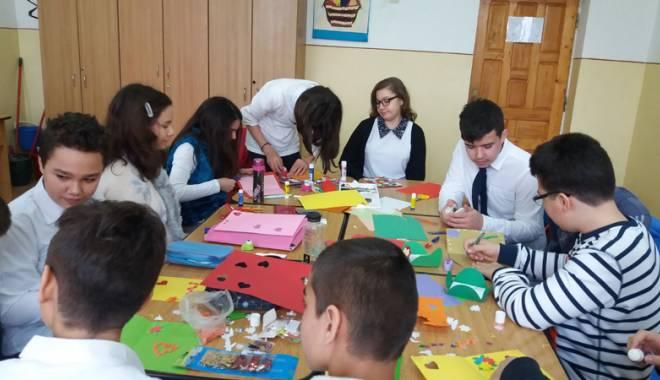 Atelier de creaţie mărţişoare,  iniţiat de elevi  pentru colegii  cu nevoi speciale - atelierdemartisoare1-1457269590.jpg