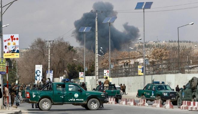 Foto: Atentat împotriva unui convoi NATO: trei civili afgani răniţi