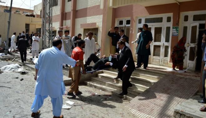Foto: Atentat sinucigaş soldat cu moartea a şase poliţişti din Pakistan