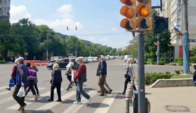 Atenție, șoferi! Semafoare cu galben intermitent, la intersecția bulevardului Tomis cu strada Soveja - atentiesoferi-1621254557.jpg