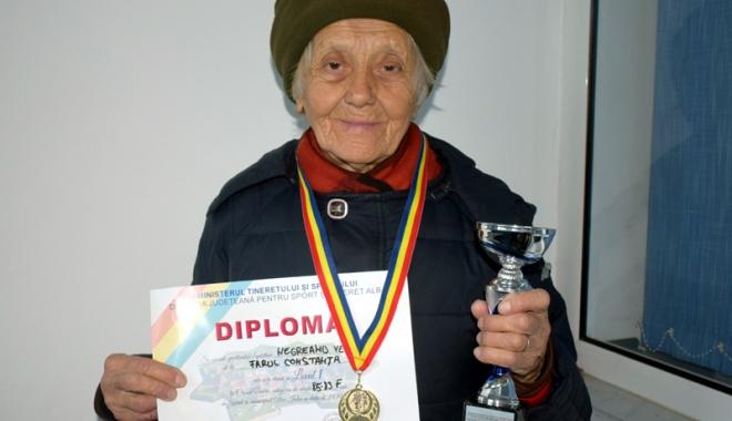 Foto: Atleta veterană Veronica Negreanu a terminat Crosul Unirii în uralele asistenţei