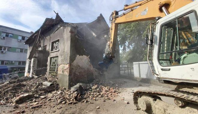 Foto: Au fost demolate clădirile vechi din curtea Spitalului de Boli Infecțioase