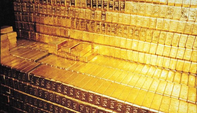 Foto: Lingouri de aur în valoare de peste 1,1 milioane de dolari, descoperite în toaleta unui avion