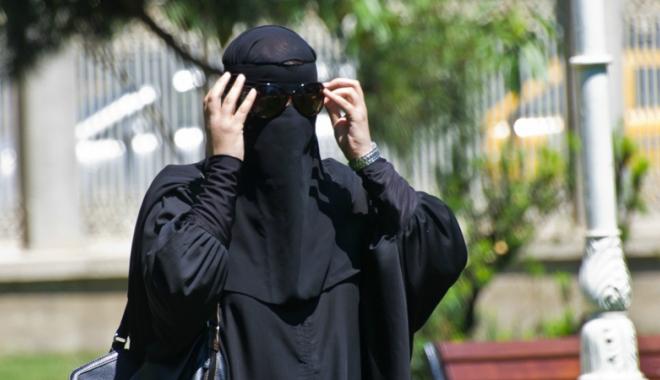 Foto: Austria vrea să interzică portul vălului islamic  în locurile publice