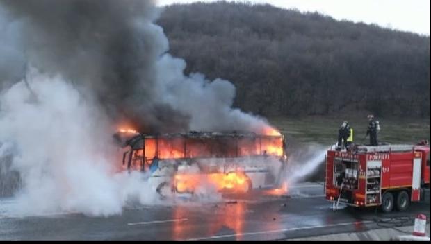 Foto: Un autobuz cu muncitori a luat foc în mers! Sunt 13 victime