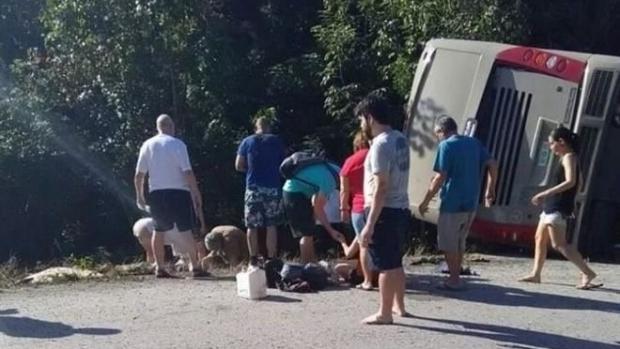 Foto: VACANŢĂ SFÂRŞITĂ TRAGIC. 11 MORŢI! Şoferul autocarului implicat a fugit de la locul faptei