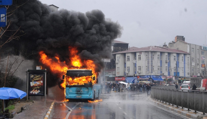 Foto: Un copil de 11 ani a incendiat  autobuzul unei �coli evreie�ti