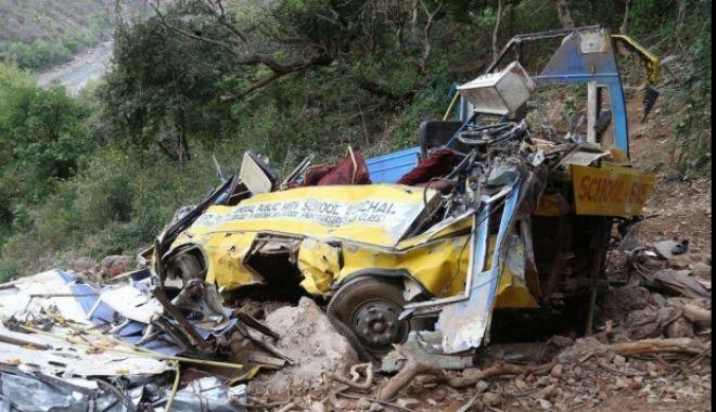 Foto: 44 de morţi, după ce un autocar s-a răsturnat în prăpastie. Vehiculul s-a rupt în două în momentul impactului