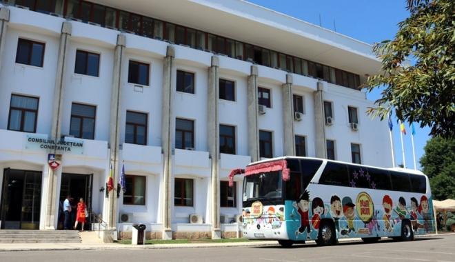 """Foto: """"Autobuzul Dram - Drum"""" a pornit la drum. Ce vor face copiii până pe 19 august"""