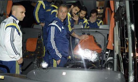 Foto: Suspecții care au tras în autobuzul lui Fenerbahce, lăsați în libertate