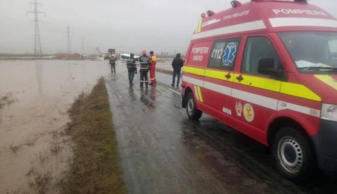 Foto: Au văzut moartea cu ochii!  Un autocar a plonjat în derea
