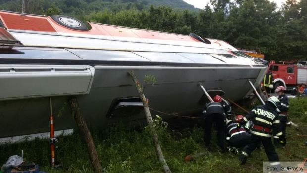 Foto: GRAV ACCIDENT RUTIER! DOI MORŢI, după ce o maşina şi un autocar cu 34 de pasageri s-au lovit