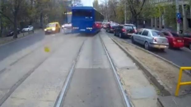 Foto: MANEVRĂ INCREDIBILĂ! Un autocar MAI, filmat în timp ce depășește cu viteză pe linia de tramvai - VIDEO