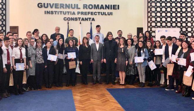 """Foto: Autoritățile au premiat câștigătorii concursului """"La centenar tinerii dezbat"""""""