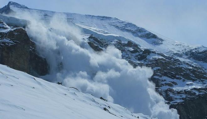 Foto: Turistul surprins de avalanşă în Bucegi a fost dus în vale peste 500 de metri