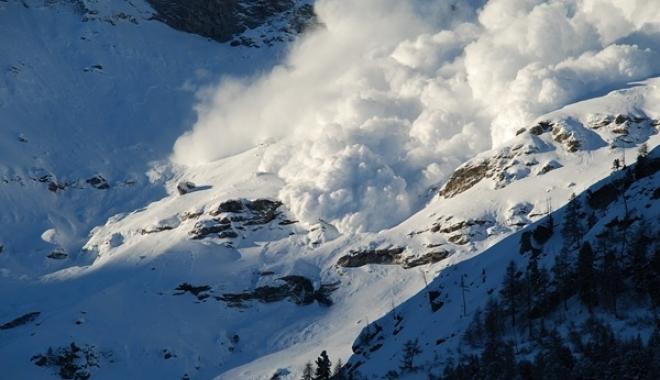 Foto: Alpinistul surprins de avalanşă în Bucegi, de negăsit. Casca de protecţie a fost descoperită complet sfărâmată
