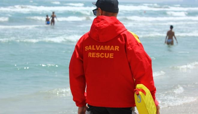 """Foto: Avertismentul salvamarilor:  """"Marea Neagră nu este o piscină.  Sunt gropi şi curenţi foarte puternici"""""""
