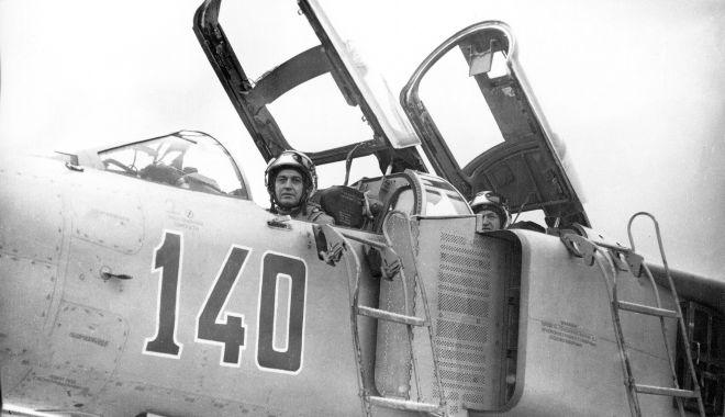 Foto: O premieră în aviaţia militară românească. Dublă catapultare din MIG-23