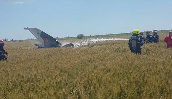 Foto: MiG 21 Lancer, prăbuşit lângă Mihail Kogălniceanu. Pilotul s-a catapultat  în ultimul moment