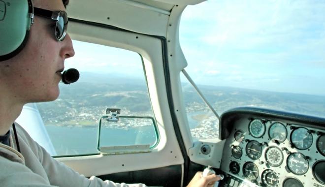 Foto: Avion deviat după ce toţi membrii echipajului  s-au îmbolnăvit