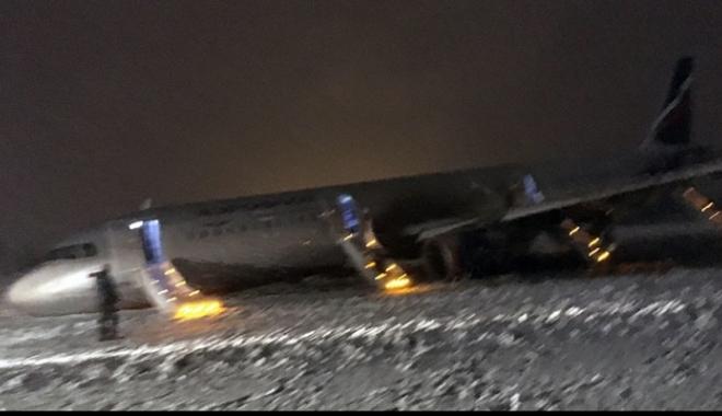 GRAV ACCIDENT AVIATIC / Un Aeroflot A321 a căzut la aterizare și s-a oprit pe câmp. Avionul a fost la un pas de explozie - avionprabusitlaaterizare30450300-1483562781.jpg