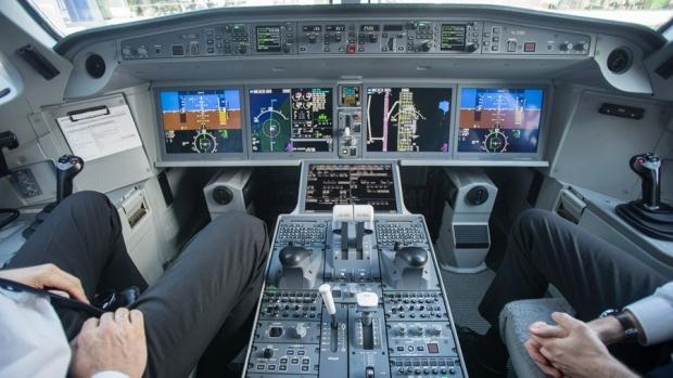 Foto: Pilot beat, arestat chiar înainte de decolare. Se pregătea de un zbor lung de 11 ore