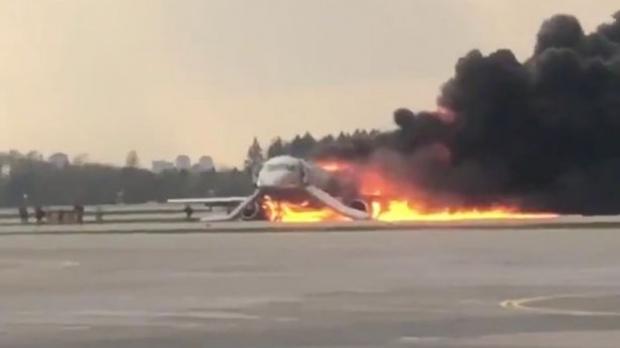 Foto: Un avion în flăcări a aterizat de urgenţă în Rusia. Bilanţ tragic: 41 de MORŢI!
