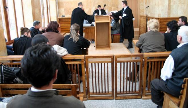 """Foto: Care este ultima """"râcă"""" dintre magistraţi şi avocaţi"""