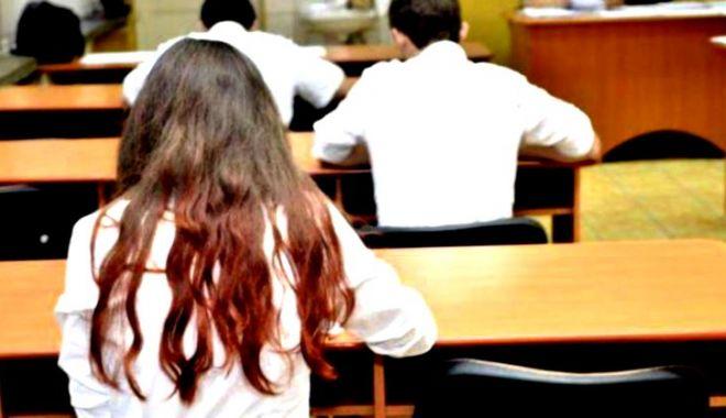 Foto: O elevă a susținut ultima probă a bacalaureatului în spital. La primele două probe a leșinat în sala de examen
