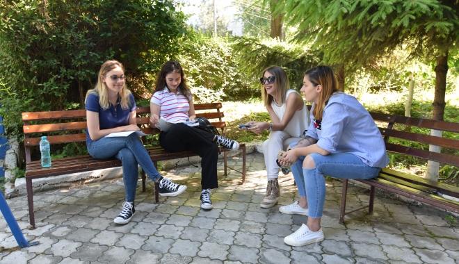 Foto: TENTATIVĂ DE FRAUDĂ LA BACALAUREAT, LA CONSTANŢA / Elevă eliminată din examen!