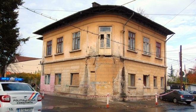 Foto: Ce așteptări aveți pentru Constanța? Clădire abandonată a CJC, ocupată abuziv de zeci de romi. Balconul s-a prăbușit pe trotuar