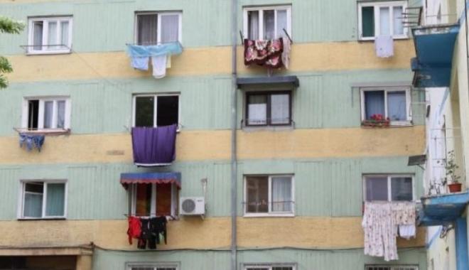 Foto: A murit, după ce a căzut de la balcon. Bărbatul a vrut să-şi salute un vecin
