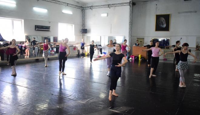 Cine îi ajută pe balerinii de la