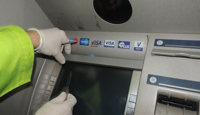 Foto: Bancomat aruncat în aer, în miez de noapte! Hoții sunt căutați de Poliție