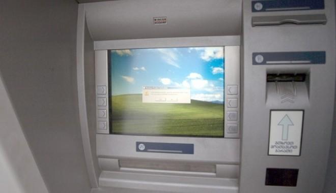 Foto: Ţeapă la bancomat: Cum a rămas un bărbat fără bani şi card