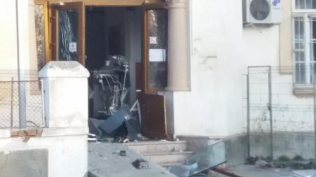 Foto: Alertă! Hoţii au aruncat un bancomat în aer, cu ajutorul unei butelii