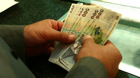 Foto: Guvernul suspendă ajutoarele sociale celor care nu-şi plătesc taxele