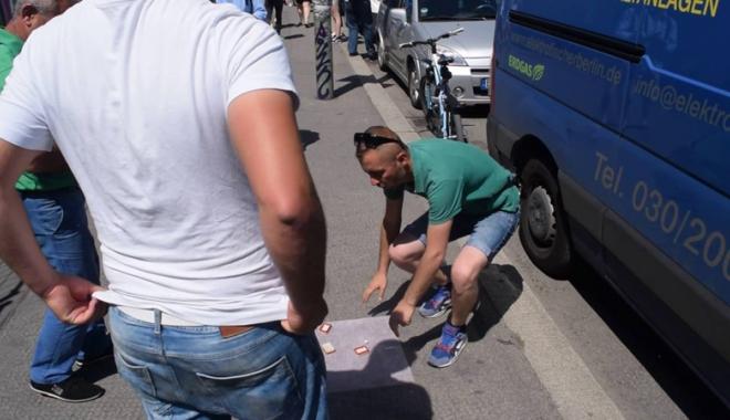 """Foto: Banii turiştilor pierduţi la """"alba-neagra"""", recuperaţi de jandarmii"""