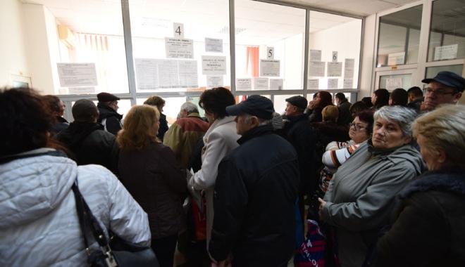 Foto: Pensionarii primesc bani de la CAR pentru biletele de tratament